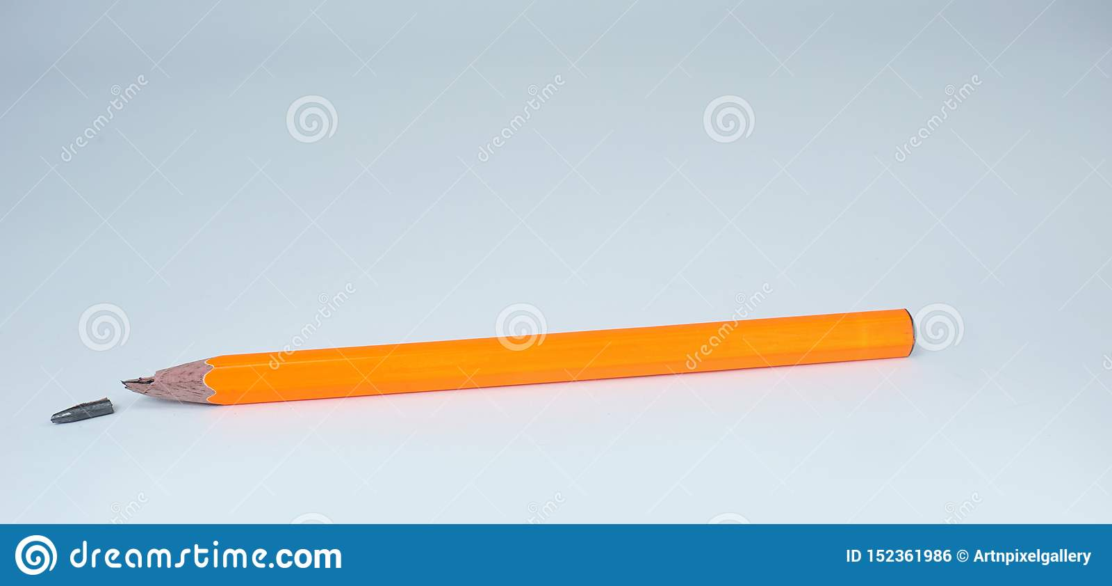 Łamany pomarańczowy ołówek na białym tle