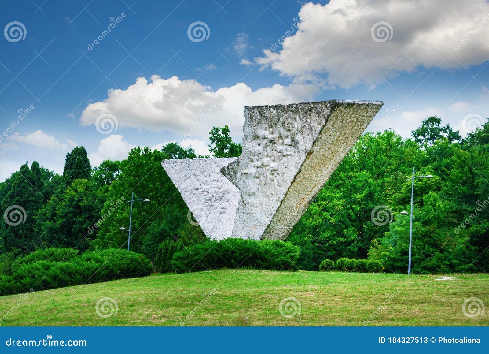 Łamany skrzydło lub Przerywający lota zabytek w Sumarice Memorial Park blisko Kragujevac w Serbia