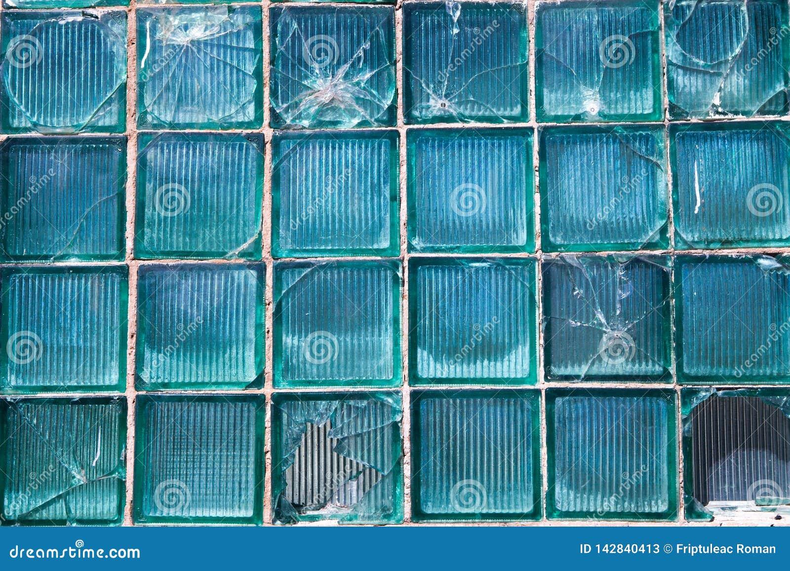 Łamany szkło dla tło wzoru Łamany okno z dziura po kuli w środkowej dziurze w okno Trzask tekstura