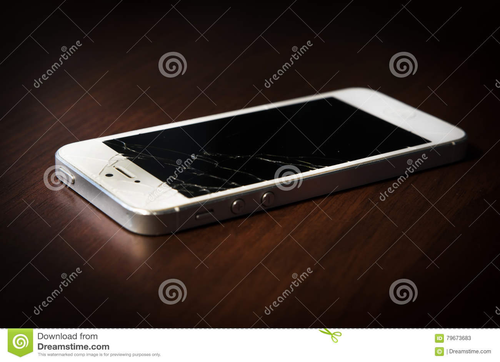 Łamany telefon na stole, czerń ekran