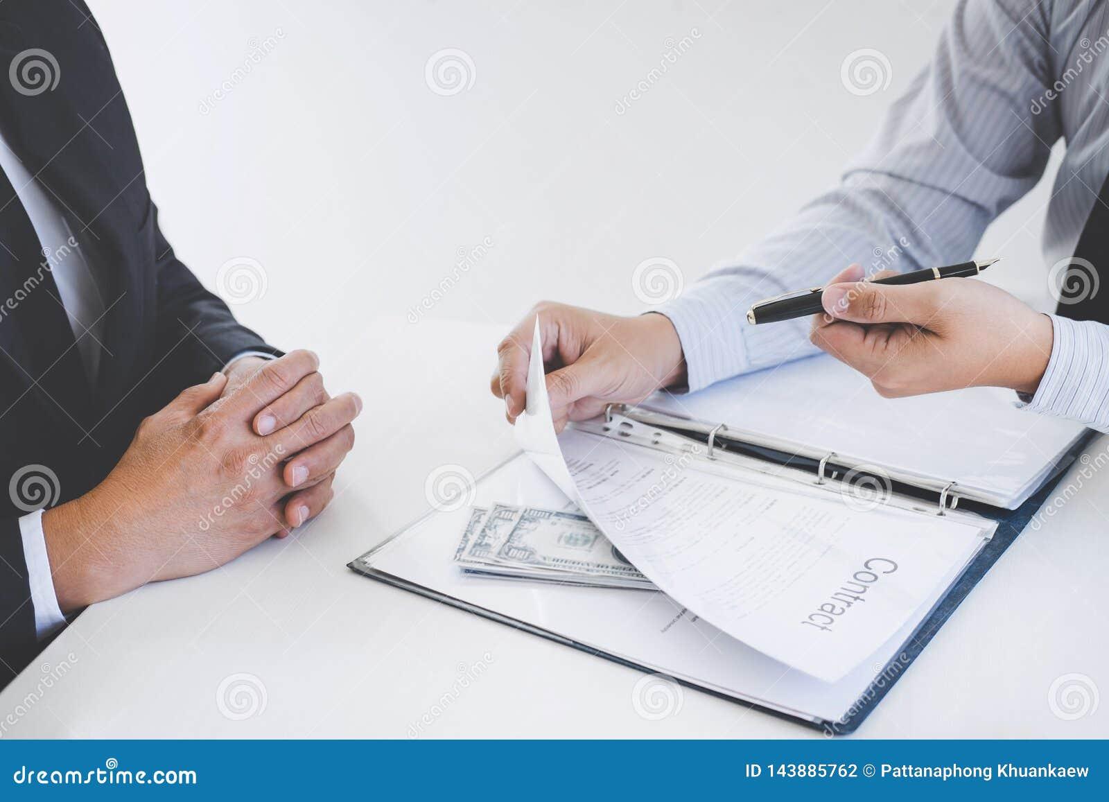 Łapówkarstwo i korupcji pojęcie, łapówka w postaci dolarowych rachunków, biznesmen daje pieniądze zgoda podczas gdy robić transak