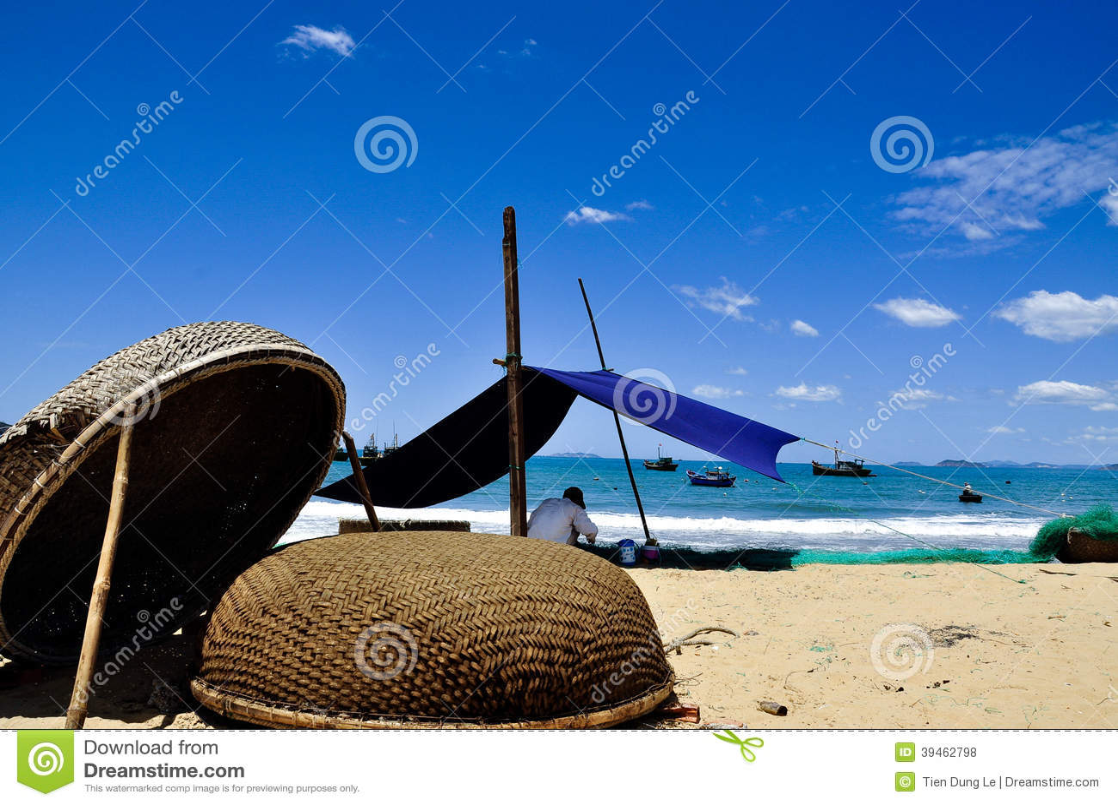 Łatanie sieci rybackie na Quy Nhon plaży