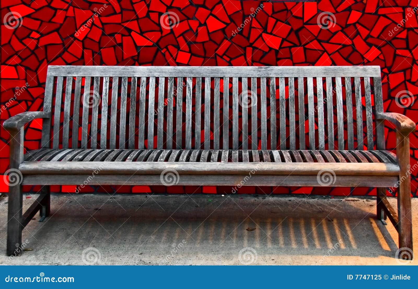 ławki czerwieni płytki ściana drewniana