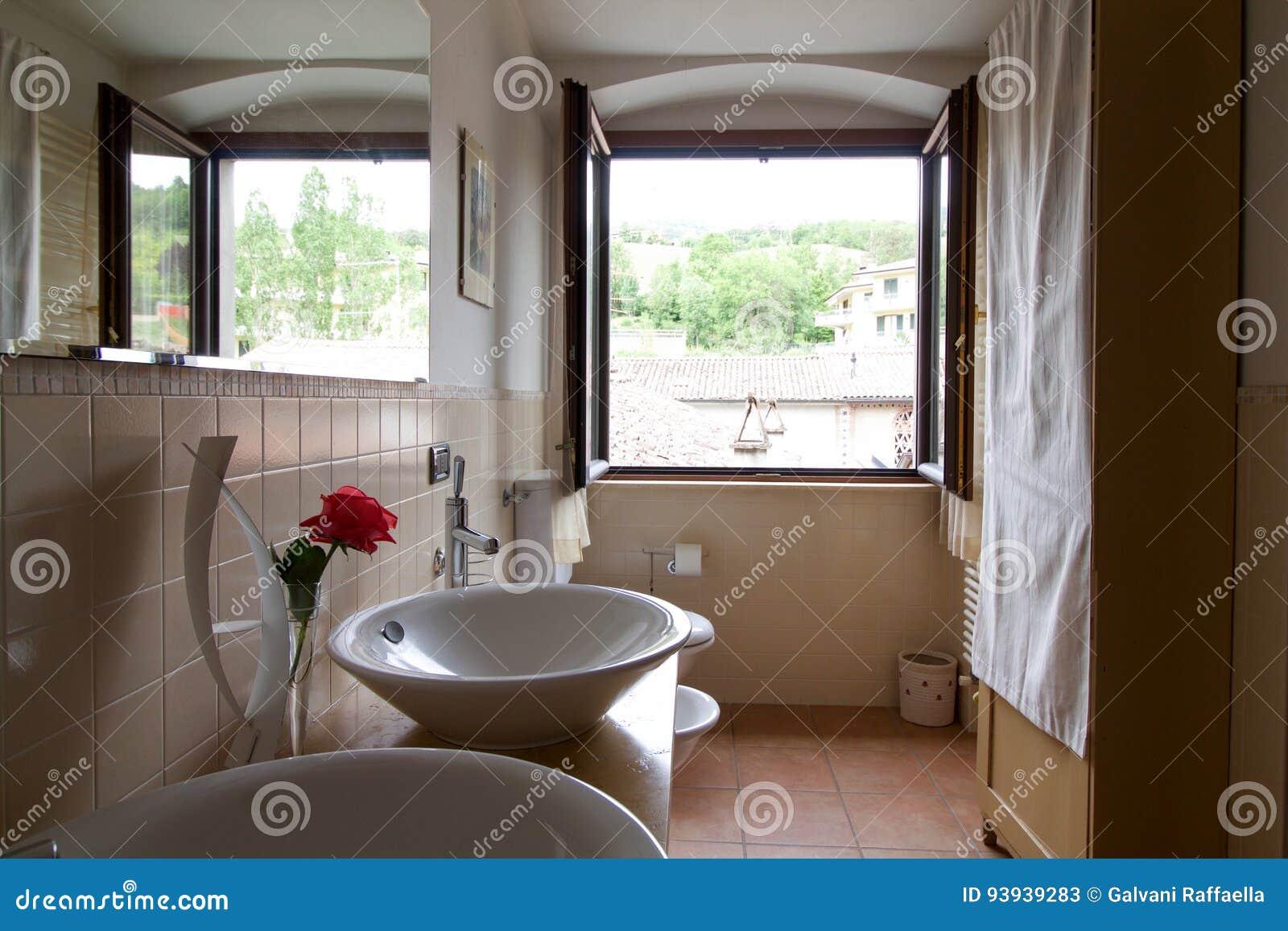 łazienka W Dom Na Wsi Z Okno Odbijał W Mirr Obraz Stock