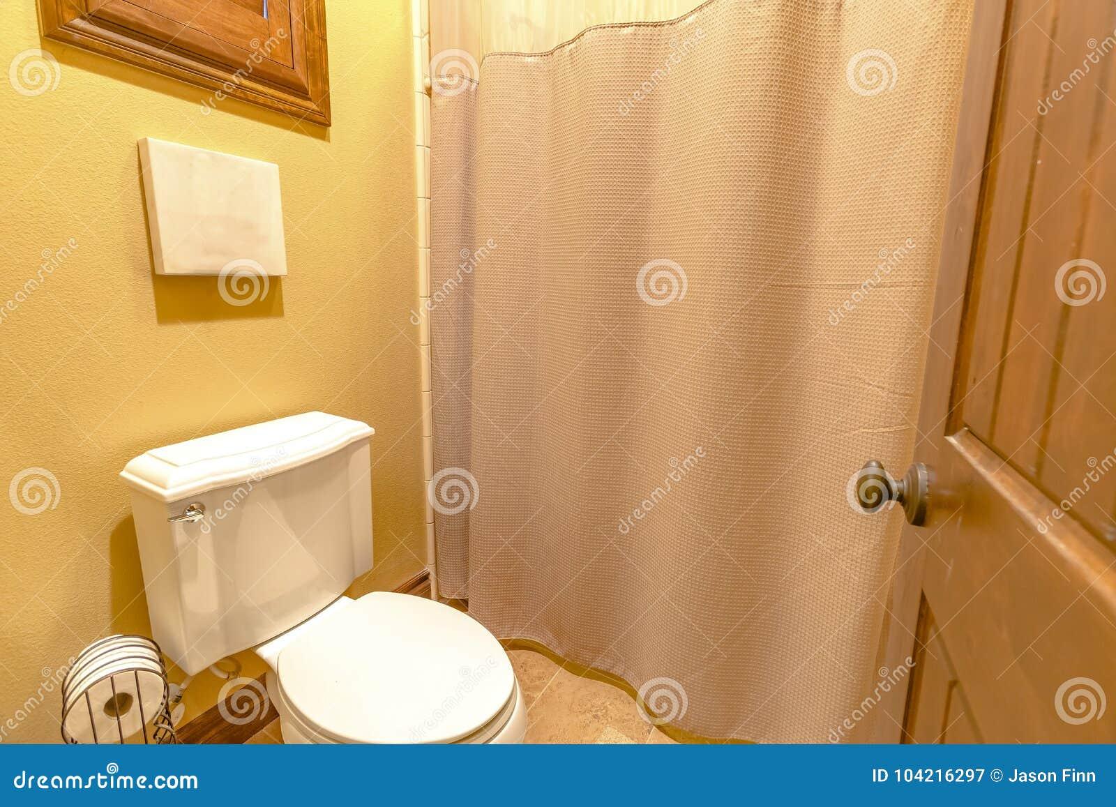 łazienka Z Toalety I Prysznic Zasłonami Wraz Z Pustą Kanwą