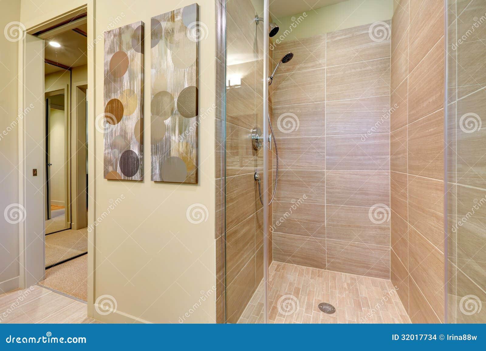 azienki Prysznic Z Szklanymi Drzwiami I Naturalnymi Kolor
