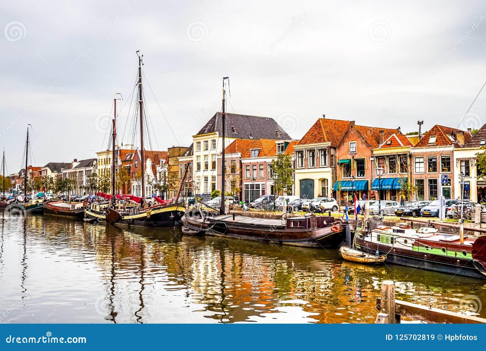 Łodzie holandie w kanale który otacza centrum miasta Zwolle w Overijssel,