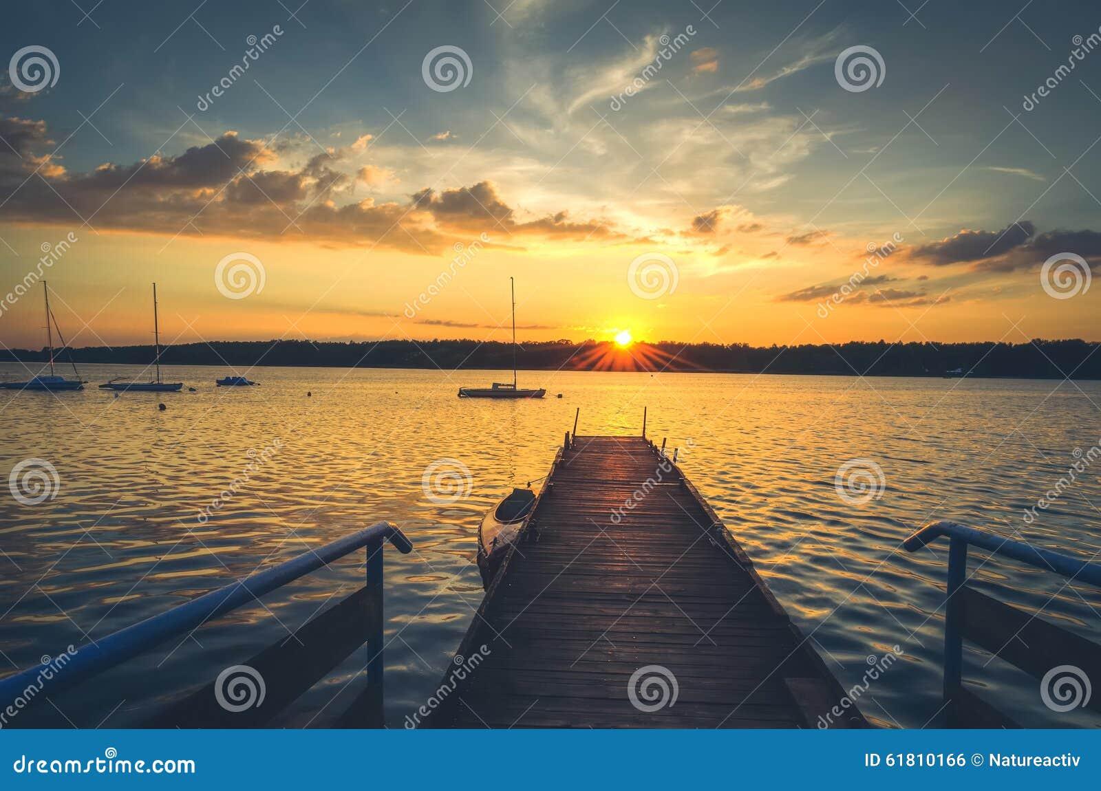 Łodzie i molo w jeziorze