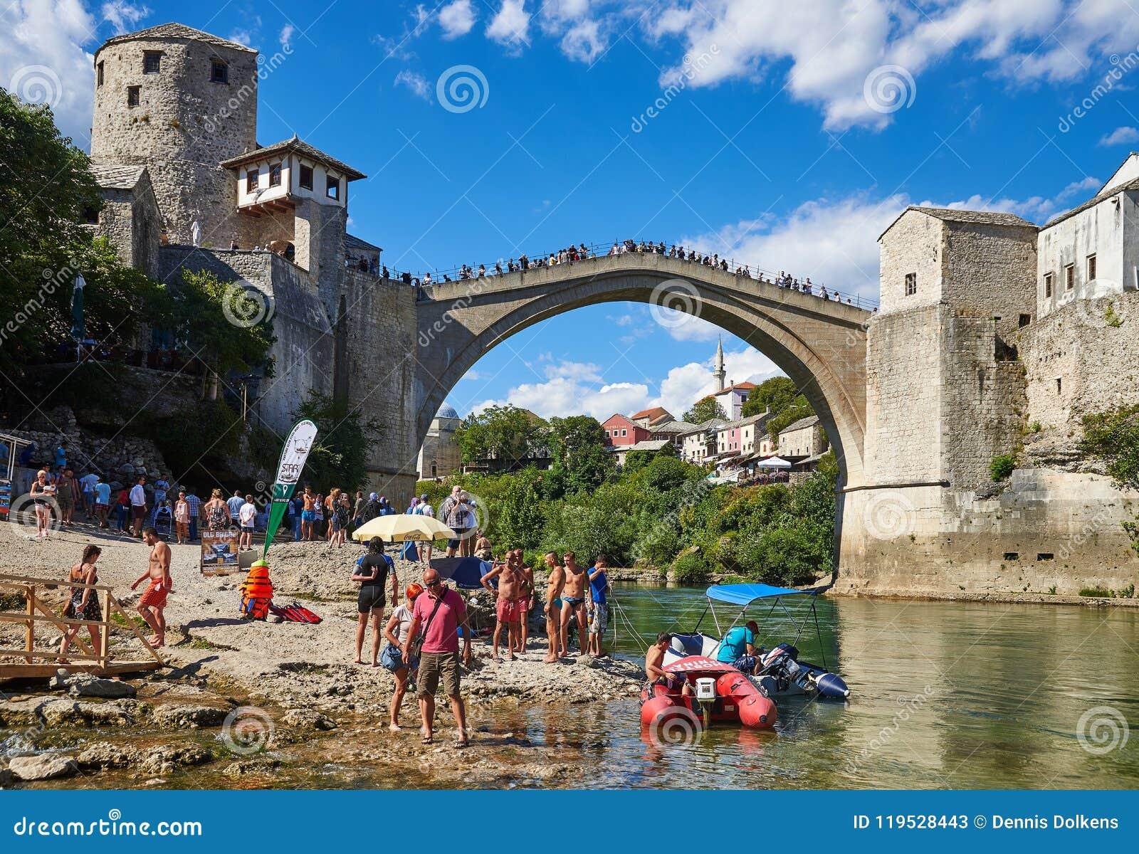 Łodzie i turyści pod Stari Najwięcej w Mostar