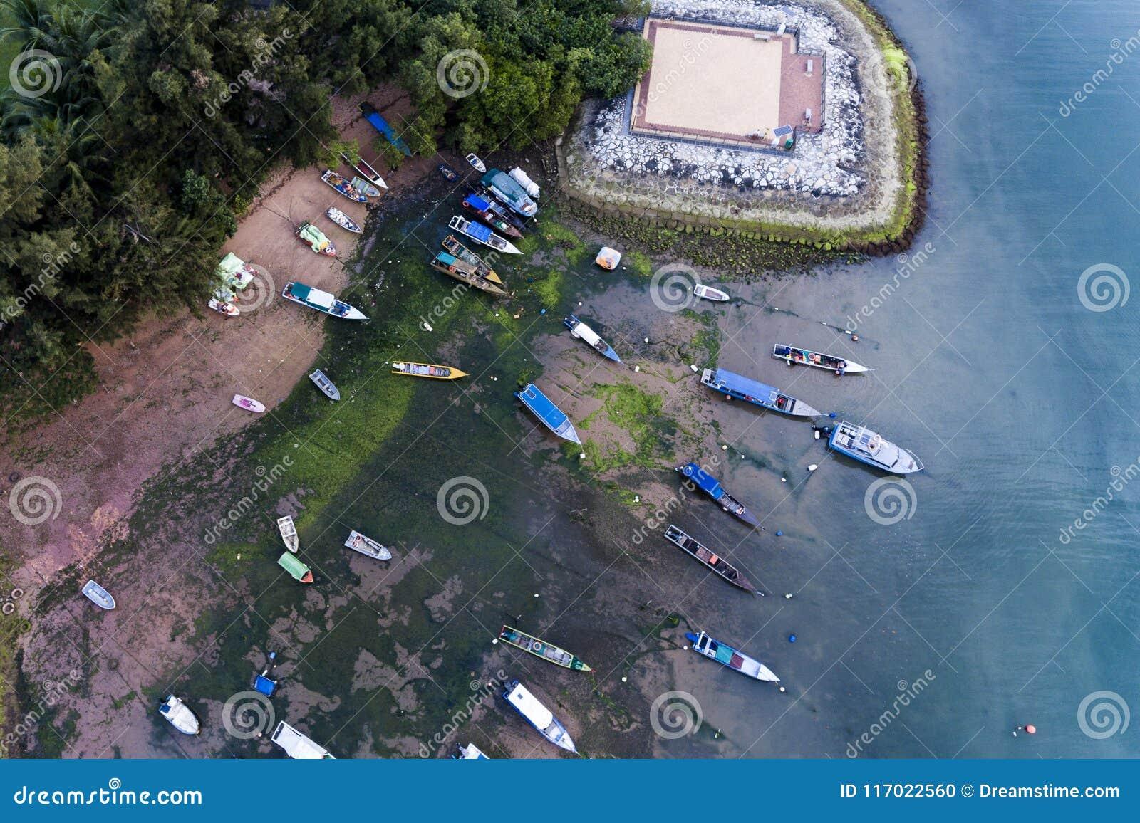 Łodzie parkować w pięknej błękitne wody