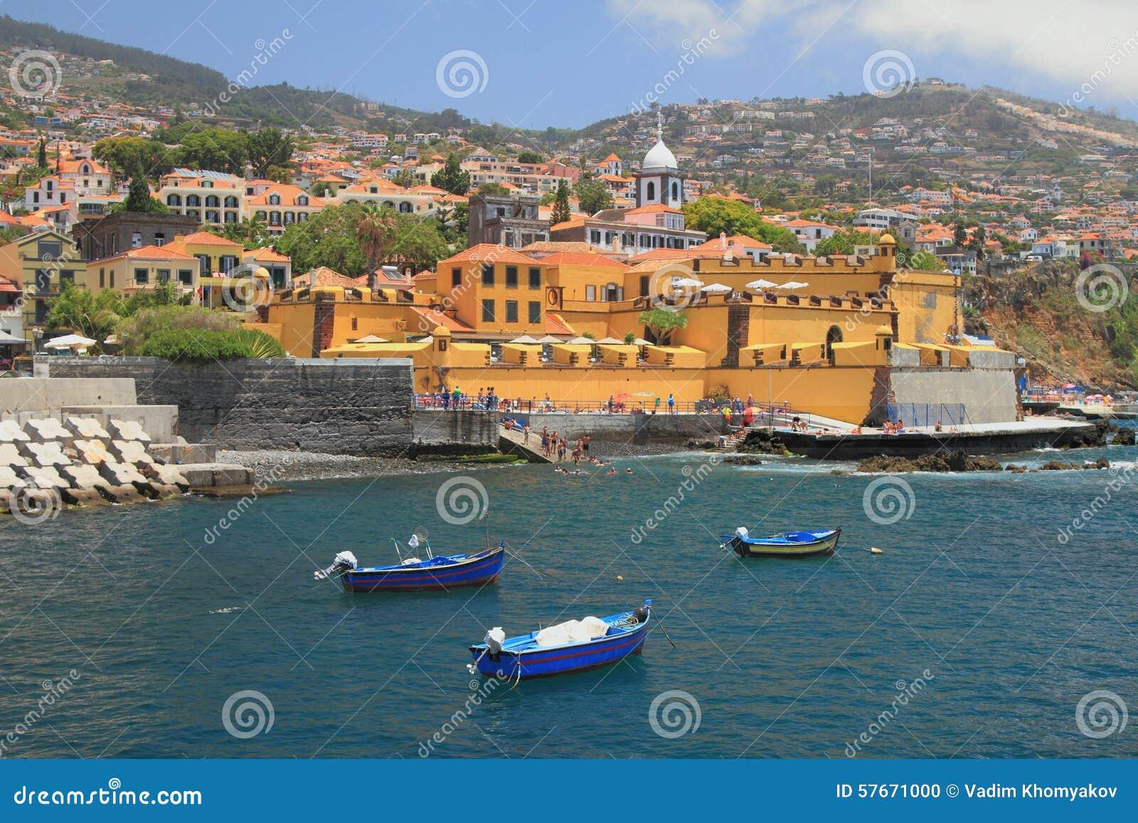 Łodzie rybackie, miasto forteca, plażowy i antyczny funchal Madeira Portugal