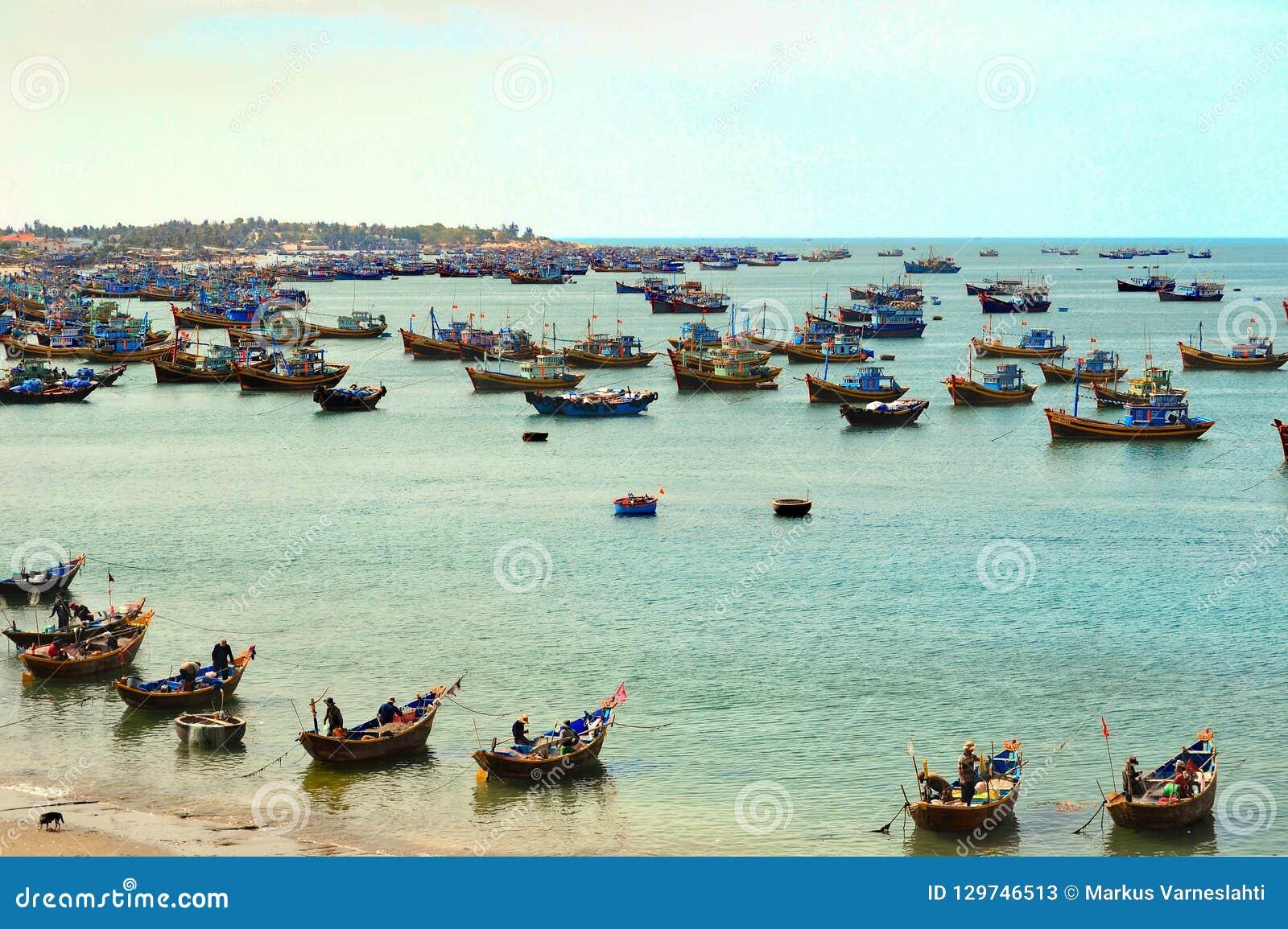 Łodzie rybackie przy morzem