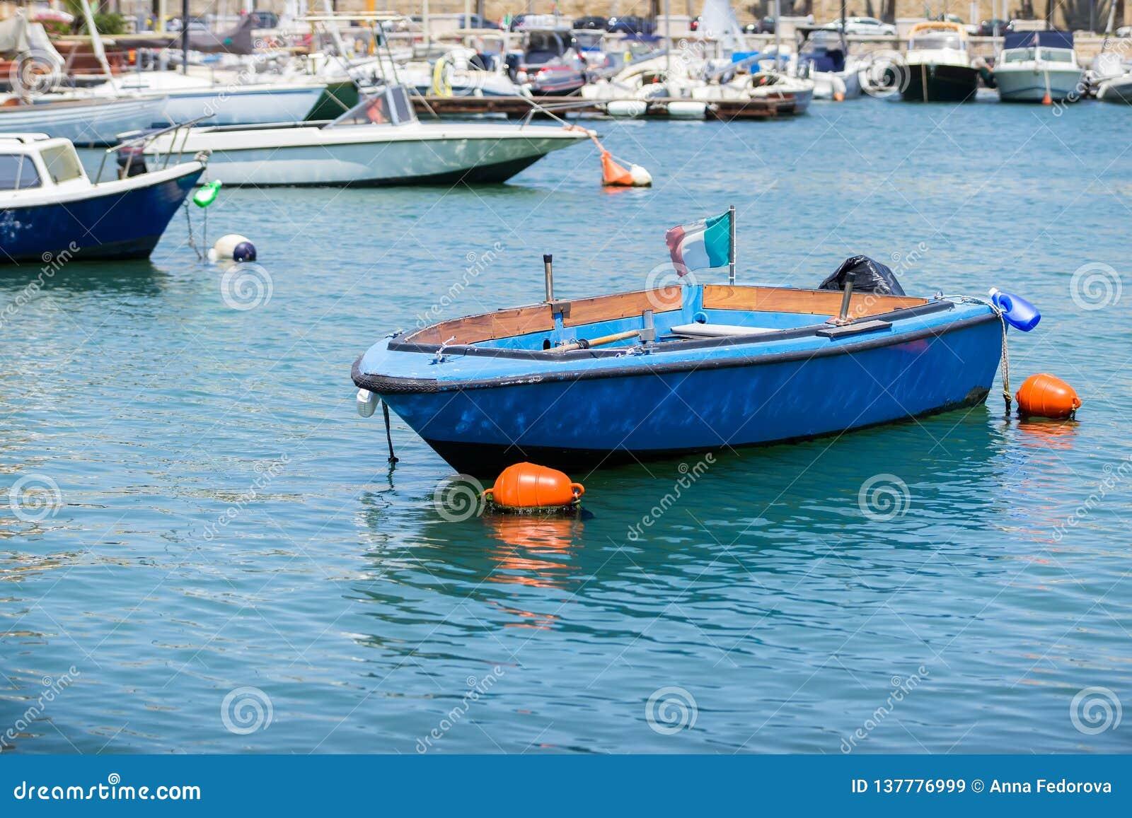 Łodzie rybackie w małym porcie Bari, Apulia
