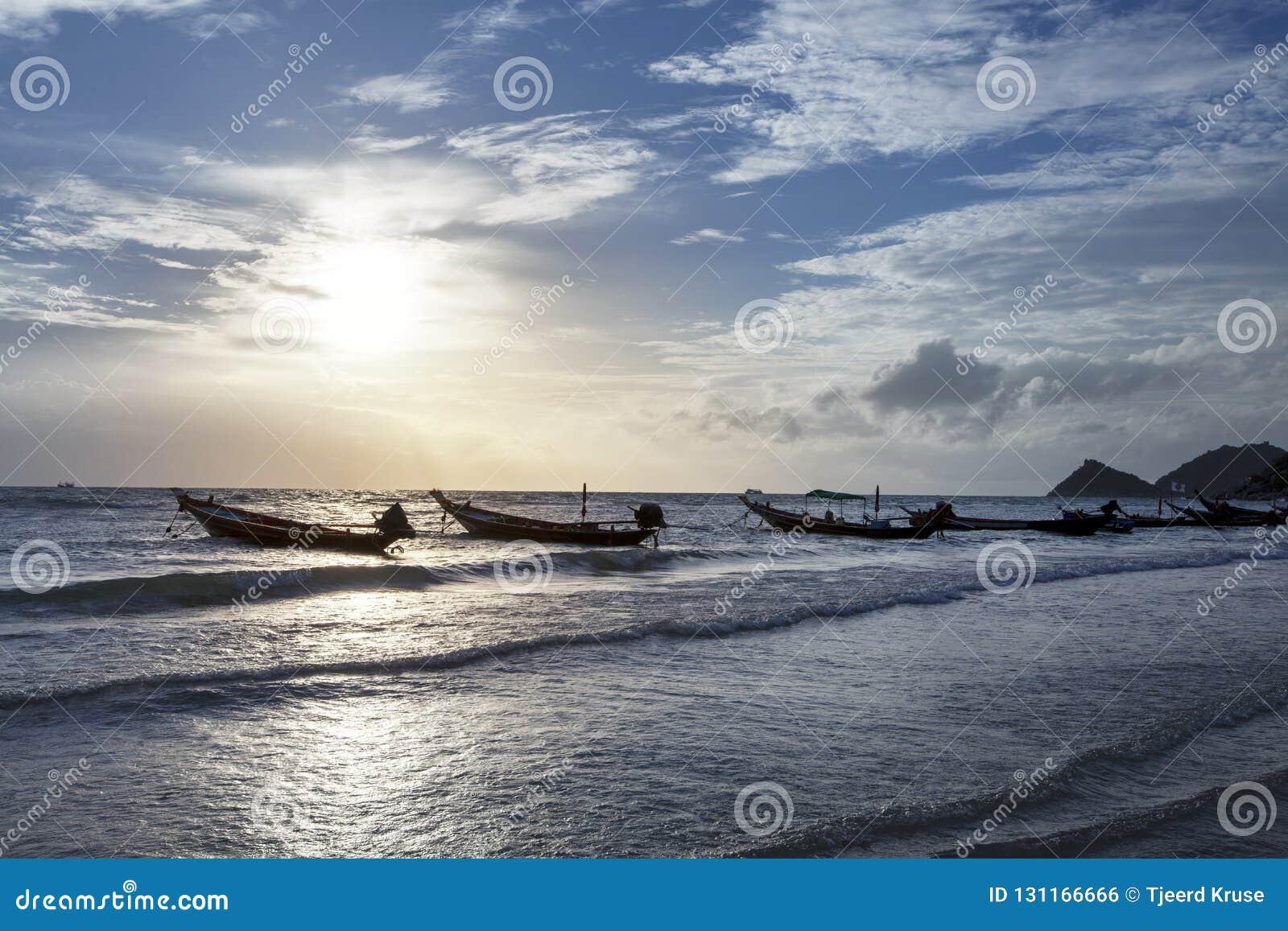 Łodzie rybackie z Pięknym i romantycznym zmierzchem koh Tao