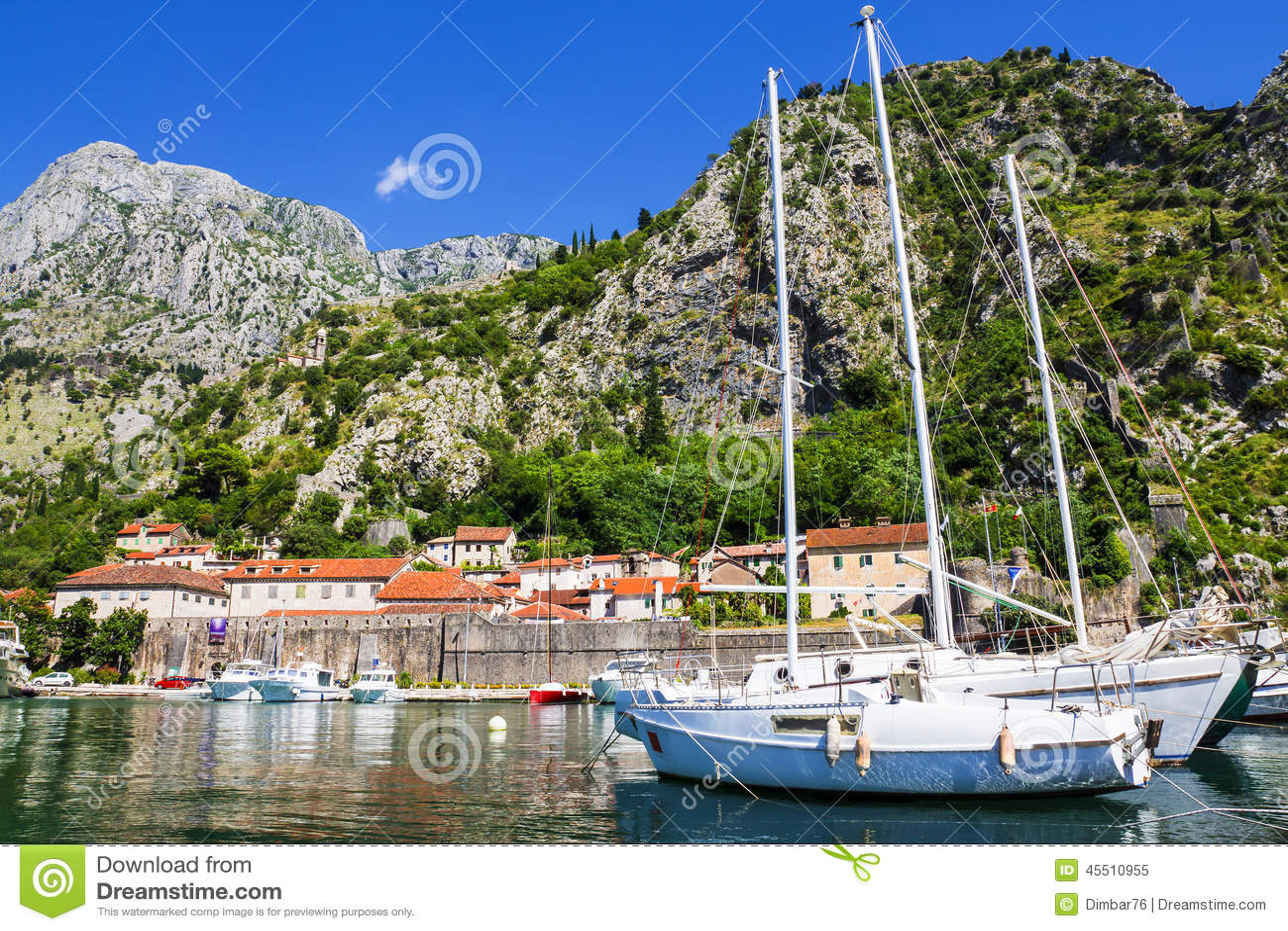Łodzie w błękitnym morzu, Kotor, Montenegro