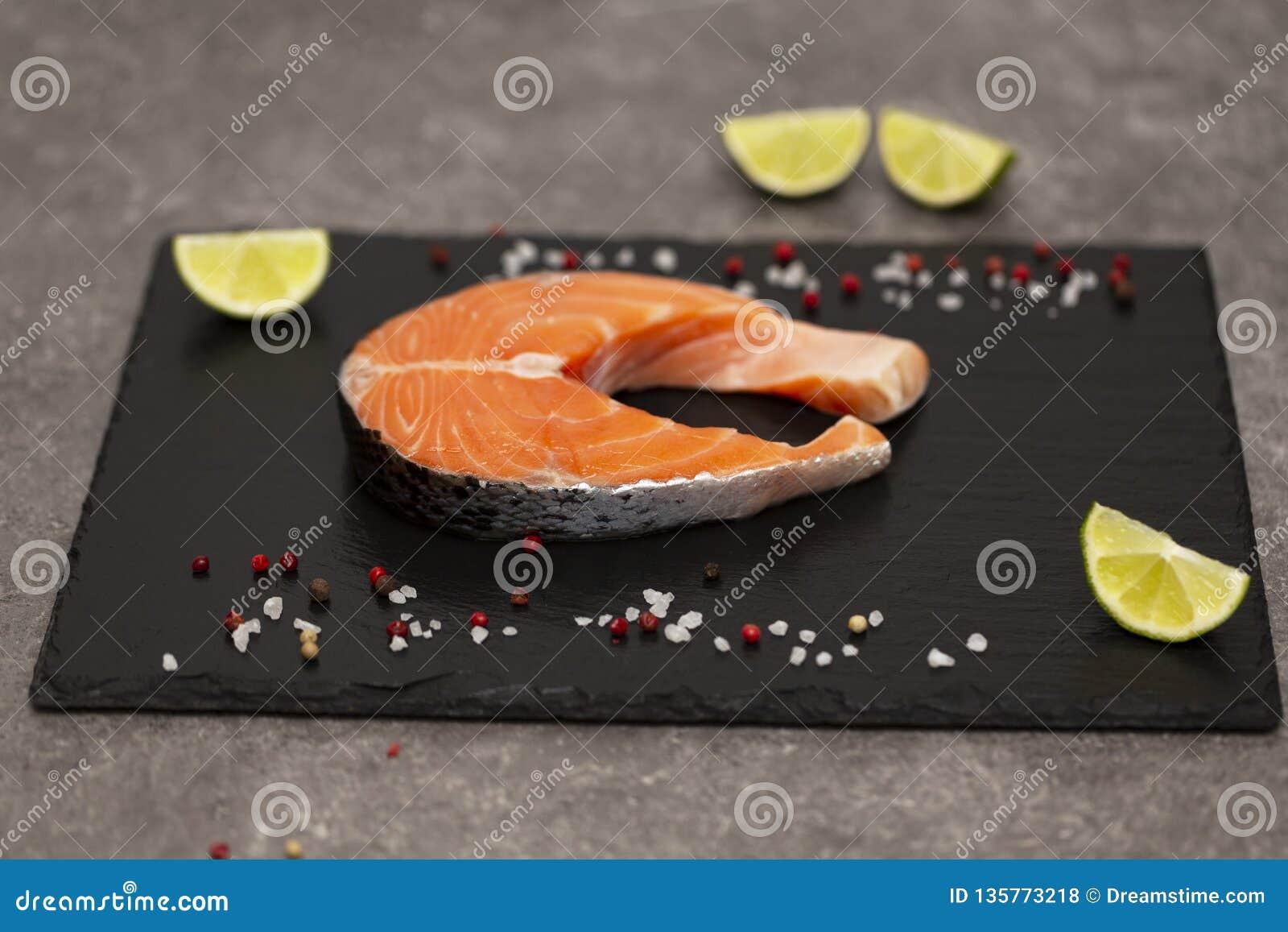 Łososiowego stku surowa ryba przygotowywał dla gotować z wapnem i pikantność Odgórny widok