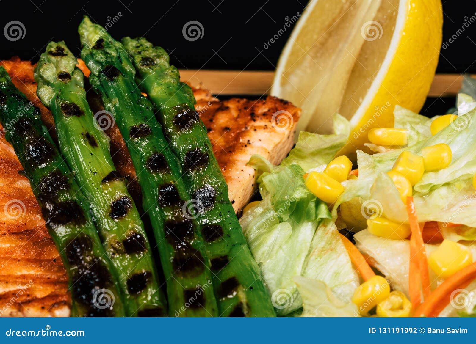 Łososiowy grill i sałatka