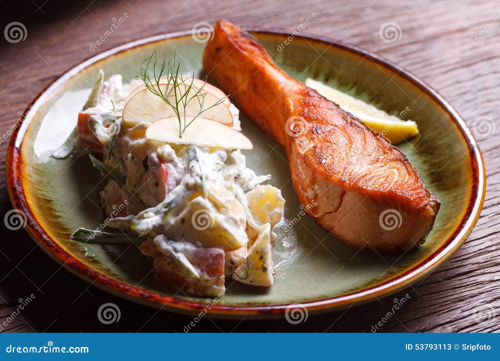 Łososiowy stek z owocową sałatką