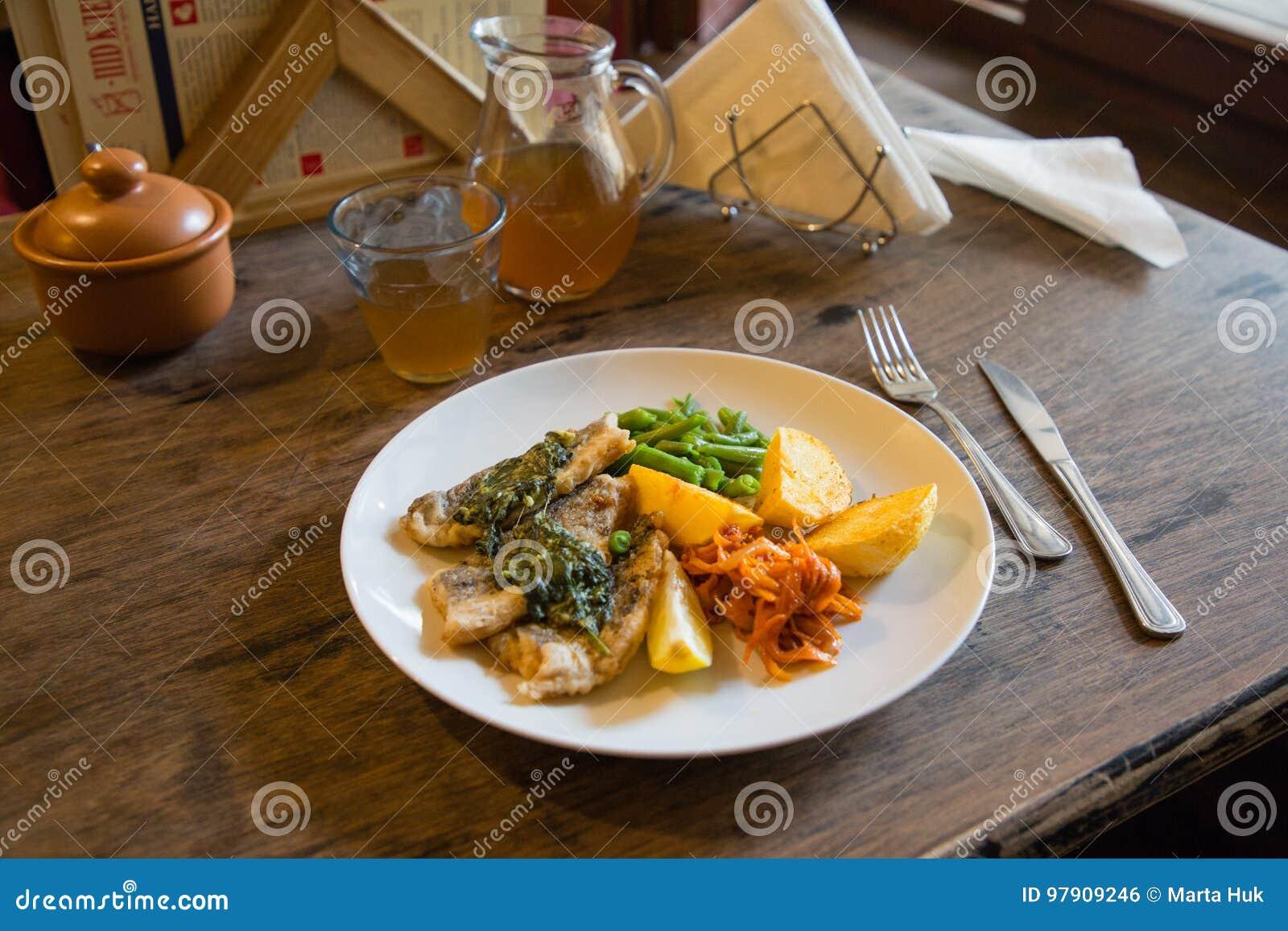 Łowi i układu scalonego talerz z warzywami i cytryną na talerzu