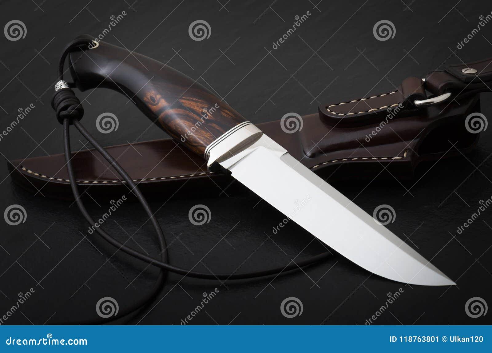 Łowiecki nóż handmade na czarnym tle Rzemienny Sheath Handmade