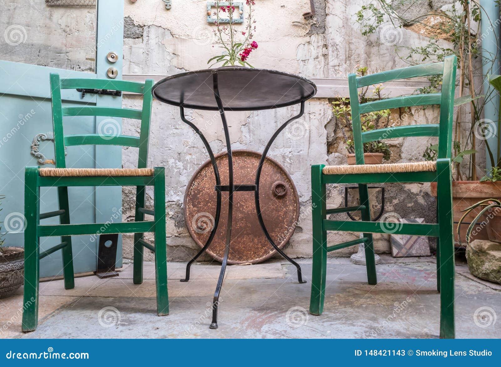 Łozinowi krzesła z metalu stołem