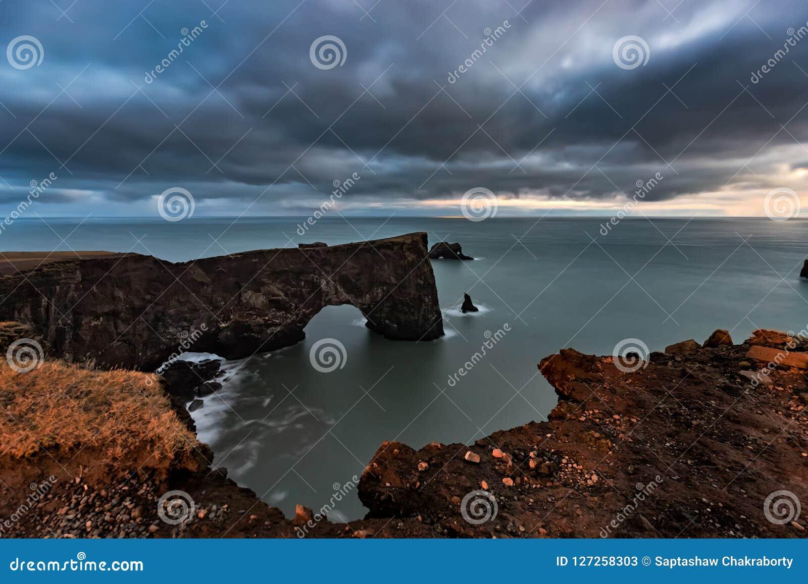 Łuk przy Dyrholaey w Iceland przy zmierzchem