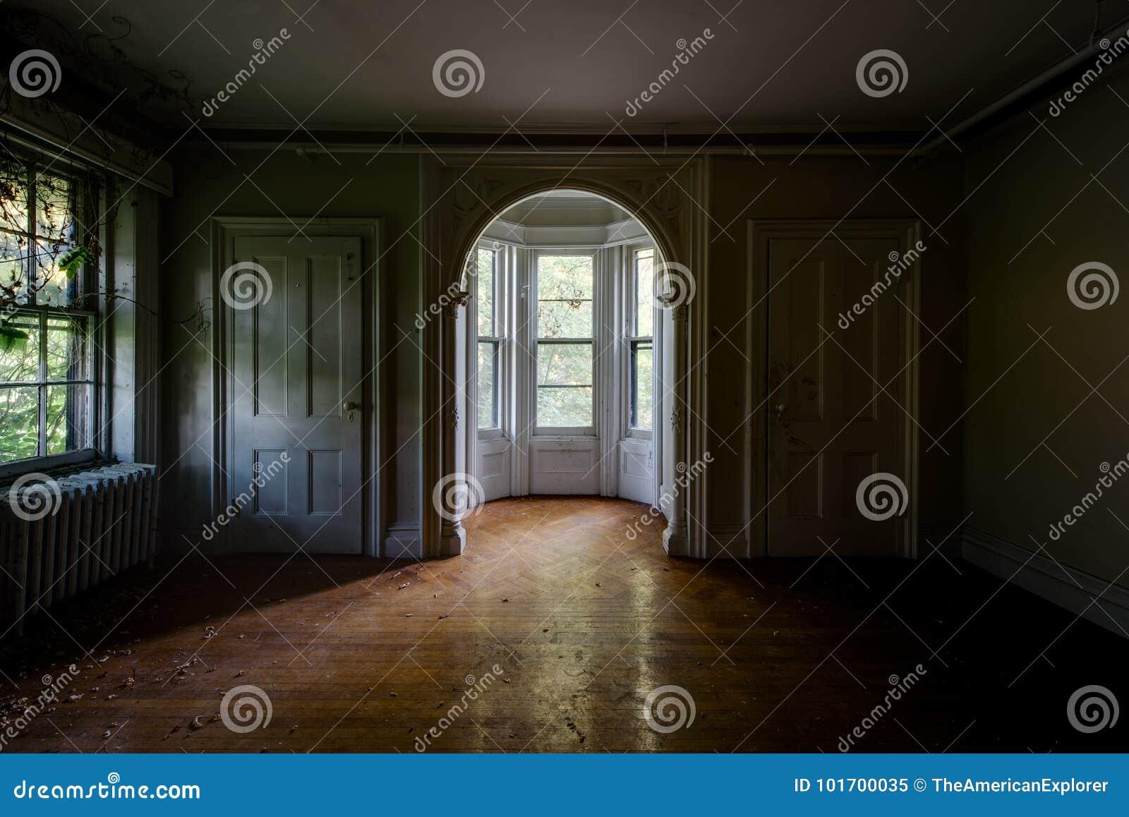 Łukowaty otwarcie & Podpalany okno Nowy Jork - Zaniechany Tioranda dwór, szpital i -