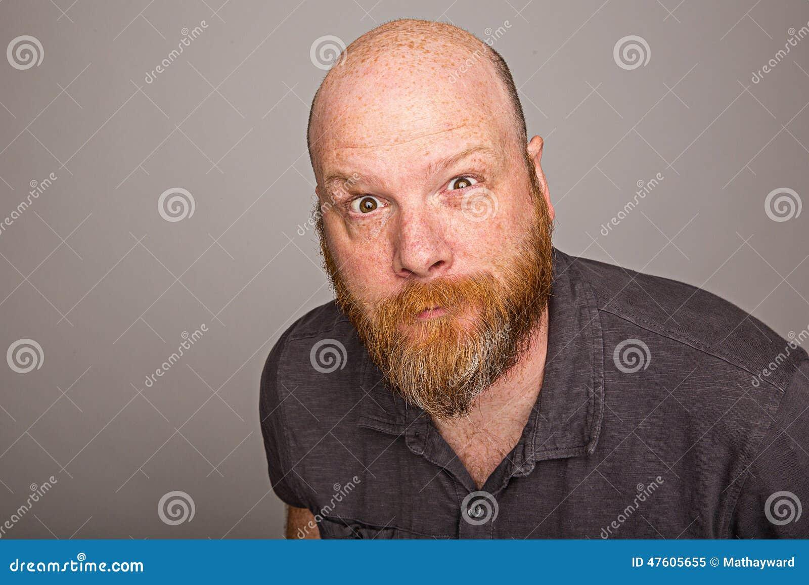 Łysy mężczyzna z brodą