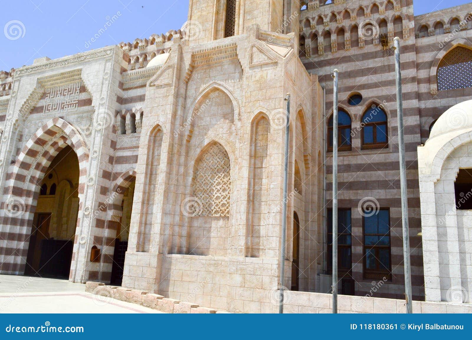 Ściana z piękną teksturą Muzułmański Islamski Arabski meczet robić biała ceglana architektura z łukami, kopuły, drzwi i ca,