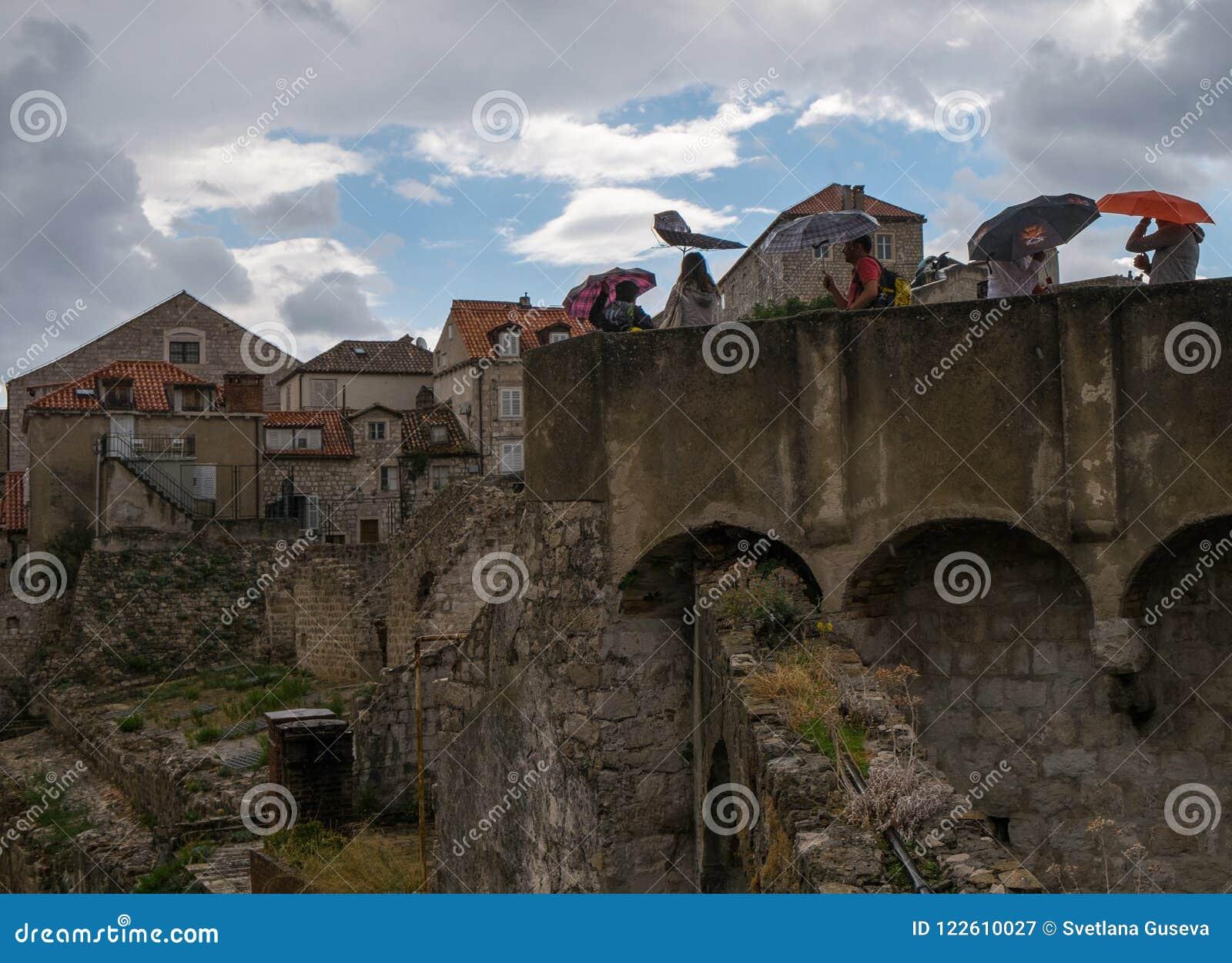 Ściany Dubrovnik Parasole, deszcz i wiatr, Chorwacja