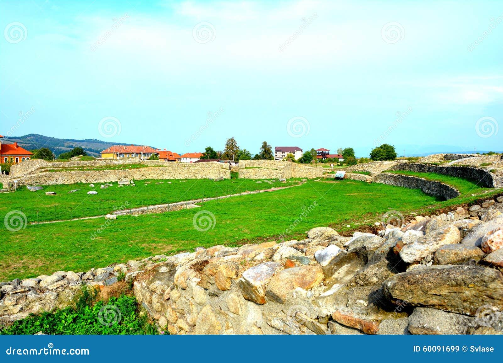 Ściany i ruiny w Ulpia Traiana Augusta Dacica Sarmizegetusa
