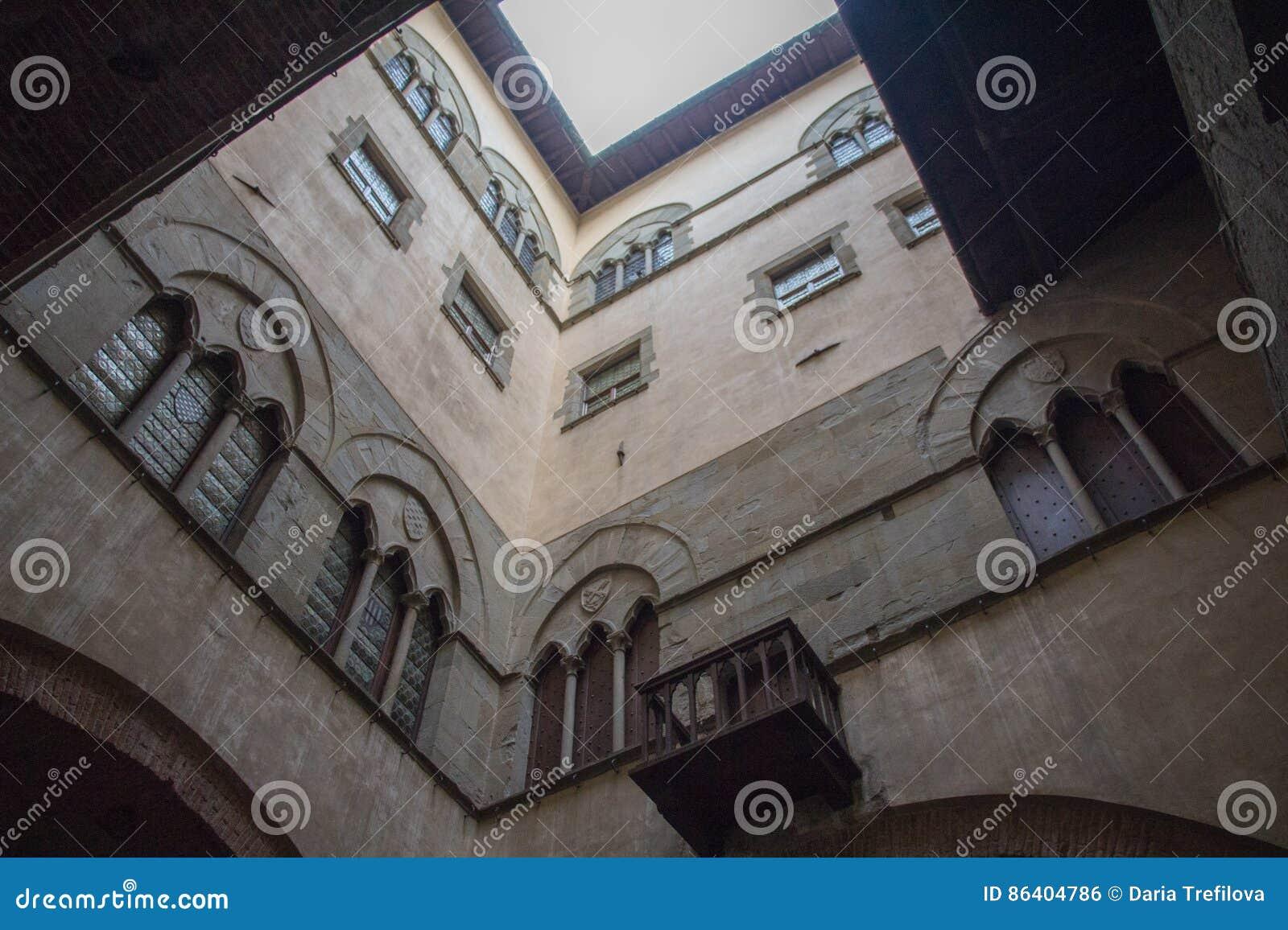 Ściany wewnętrzny podwórze Palazzo Del Comune Miejski Muzealny Pistoia tuscany Włochy