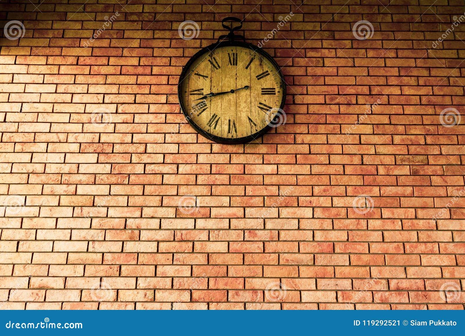 Ściennego zegaru rocznika retro style wiesza na ściana z cegieł