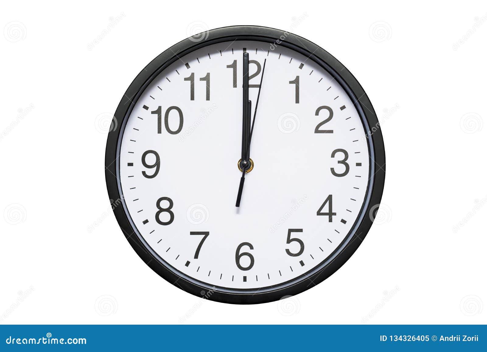 Ścienny zegar pokazuje czasowi 12 godziny na białym odosobnionym tle Round ścienny zegar - frontowy widok Dwanaście o `zegar