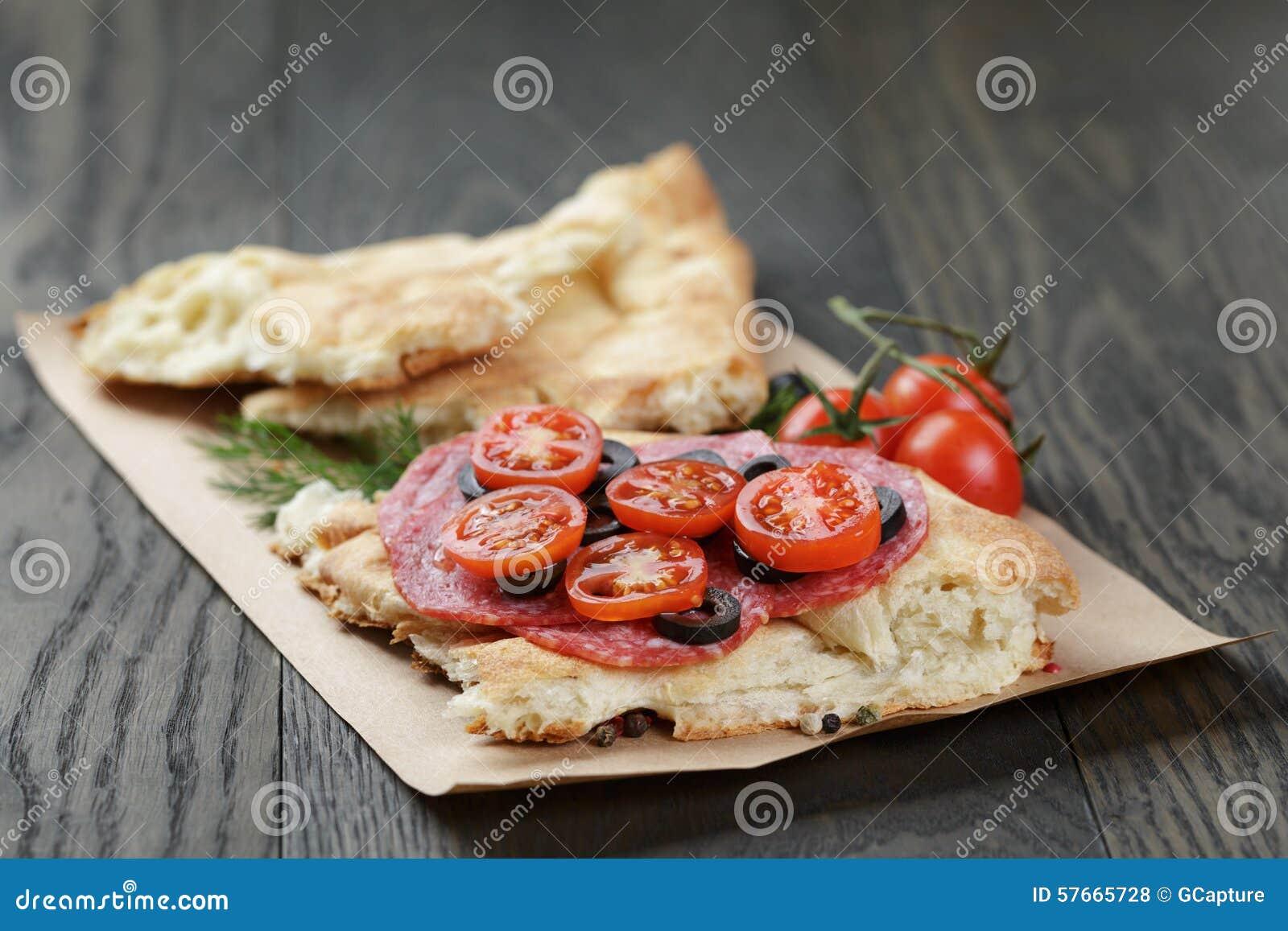 Ściska z pita chlebowym salami dalej warzywami i