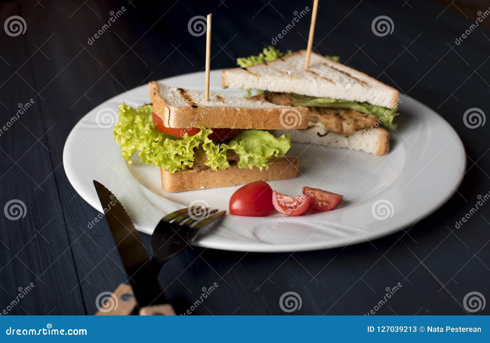 Ściska z serem, pieczonym kurczakiem, pomidorami i sałatką,