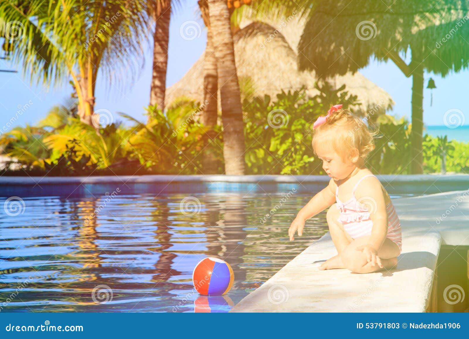 Śliczna berbeć dziewczyna bawić się z piłką w dopłynięciu