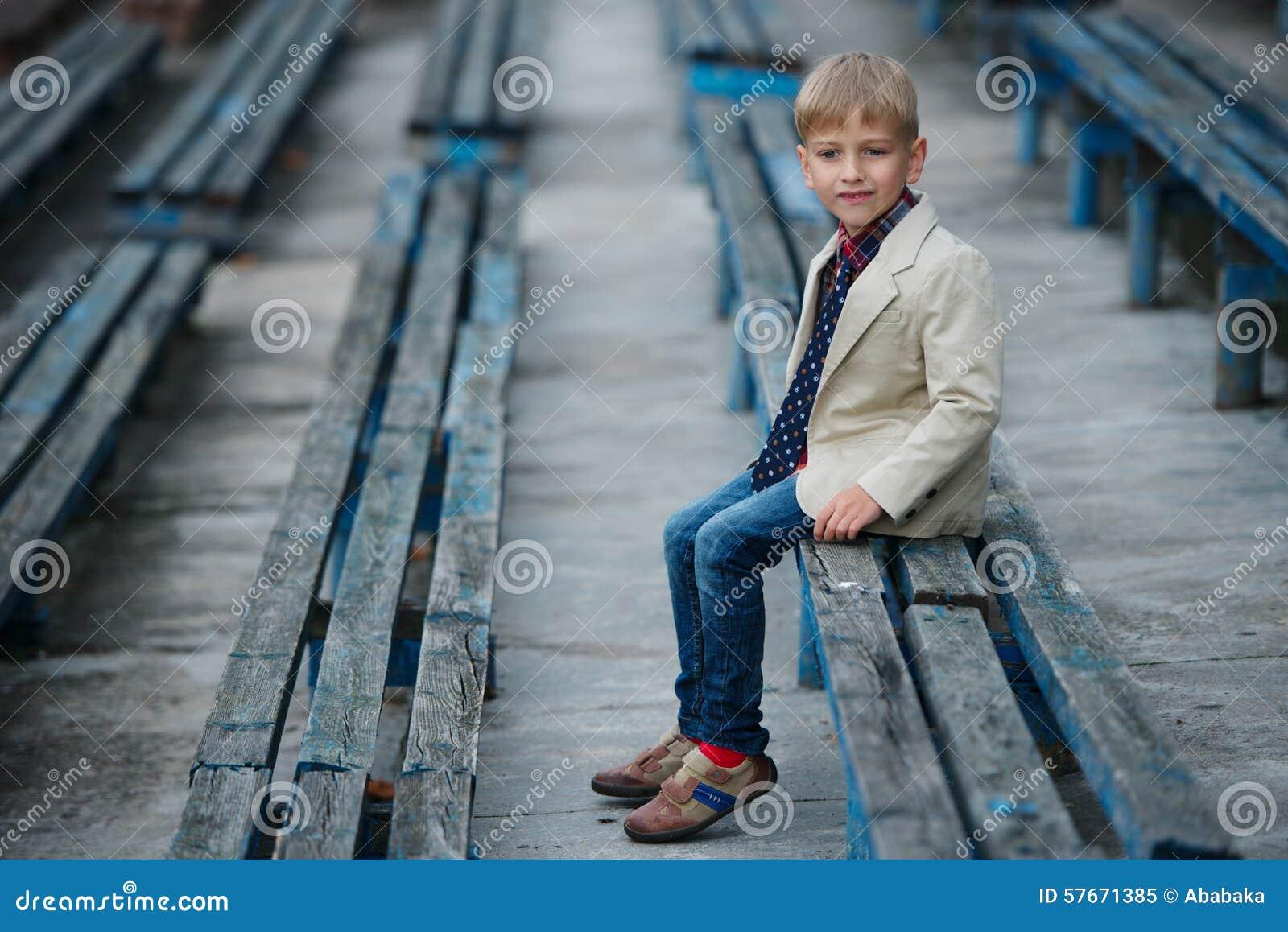 Śliczna chłopiec pozuje portret
