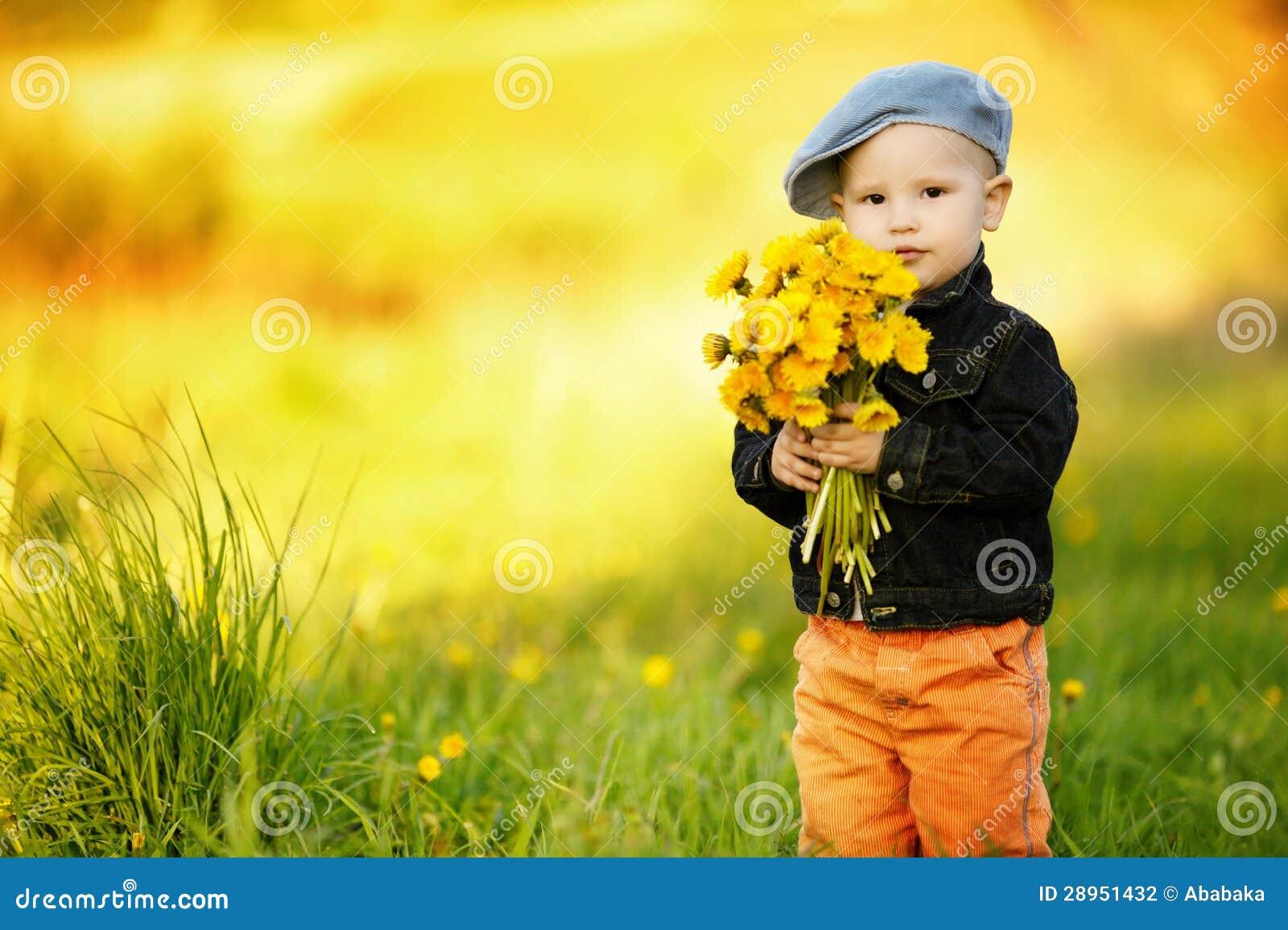 Śliczna chłopiec z dandelions