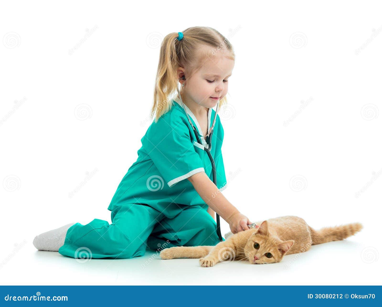 Dzieciak bawić się lekarkę z kotem