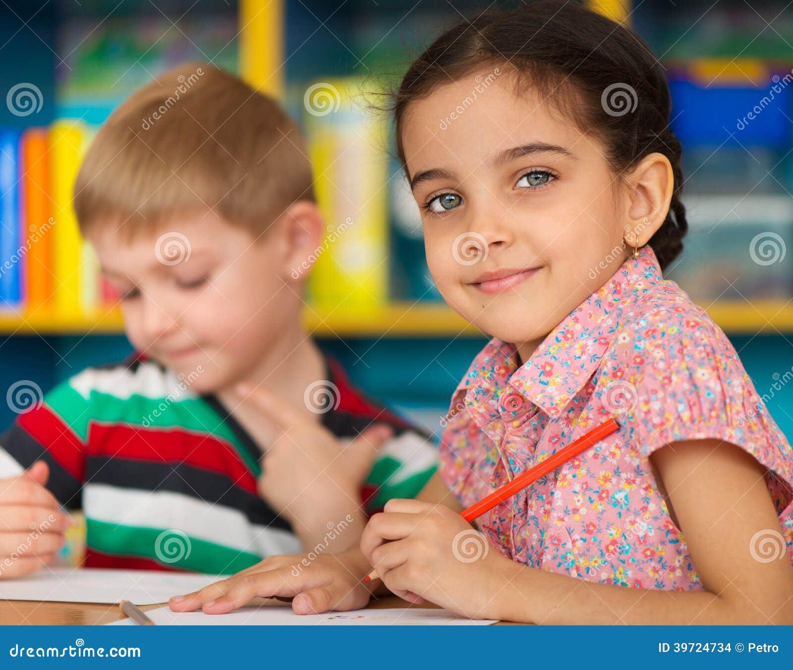 Śliczna dziecko nauka przy daycare