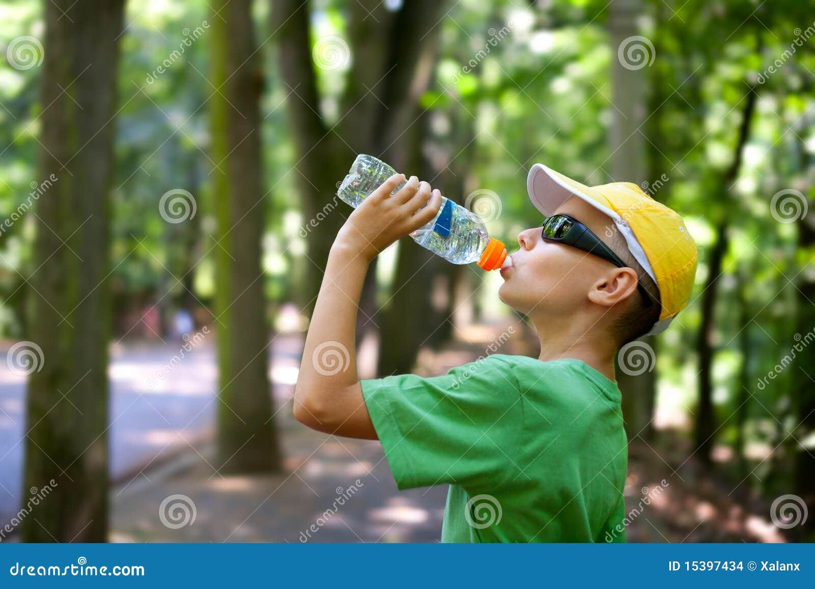 śliczna dziecko woda pitna