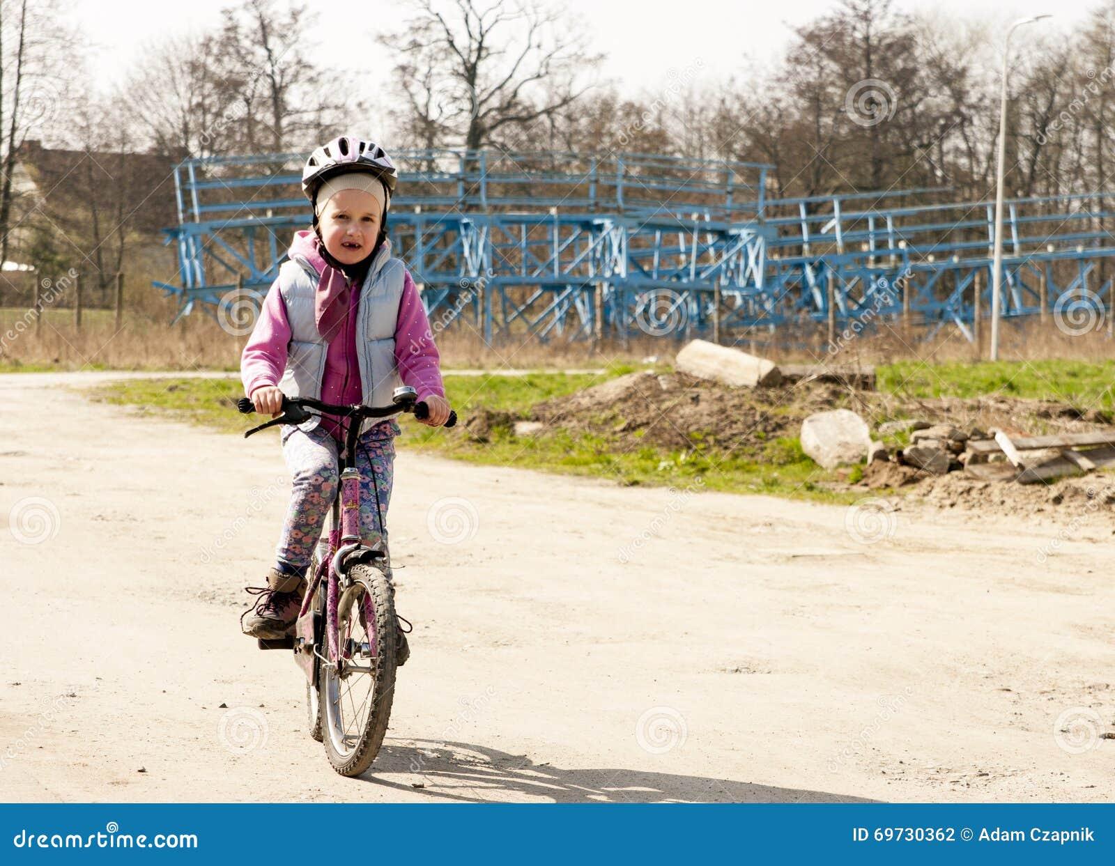 Śliczna dziewczyna jedzie rower
