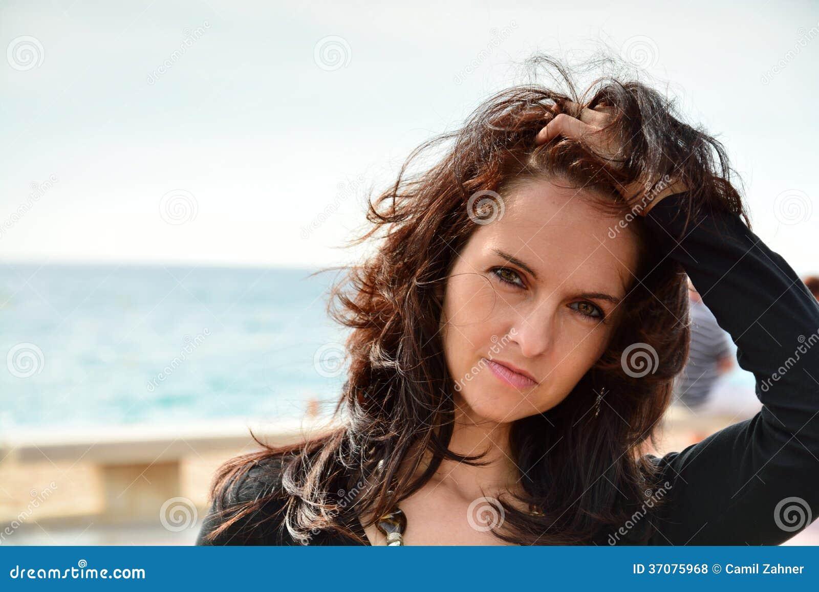Download Śliczna kobieta na plaży zdjęcie stock. Obraz złożonej z tło - 37075968
