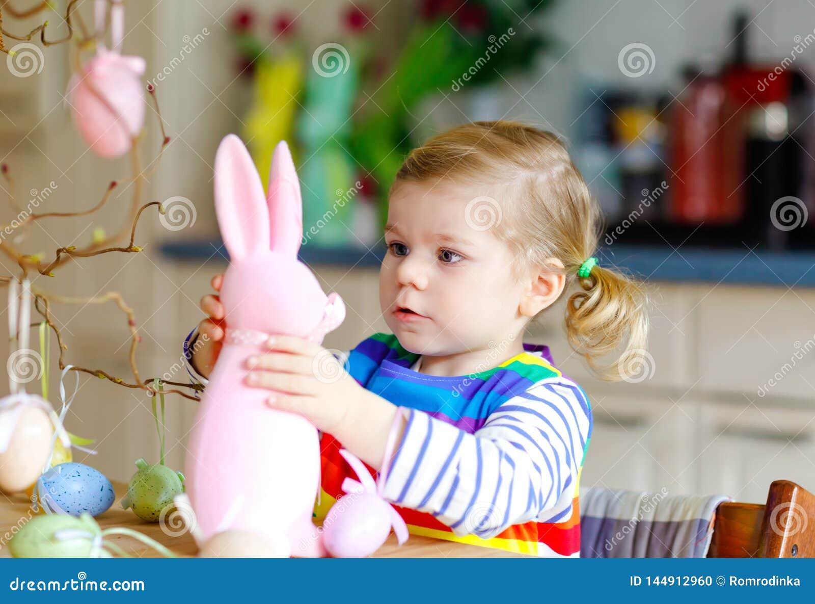 ?liczna ma?a berbe? dziewczyna dekoruje drzewa i kr