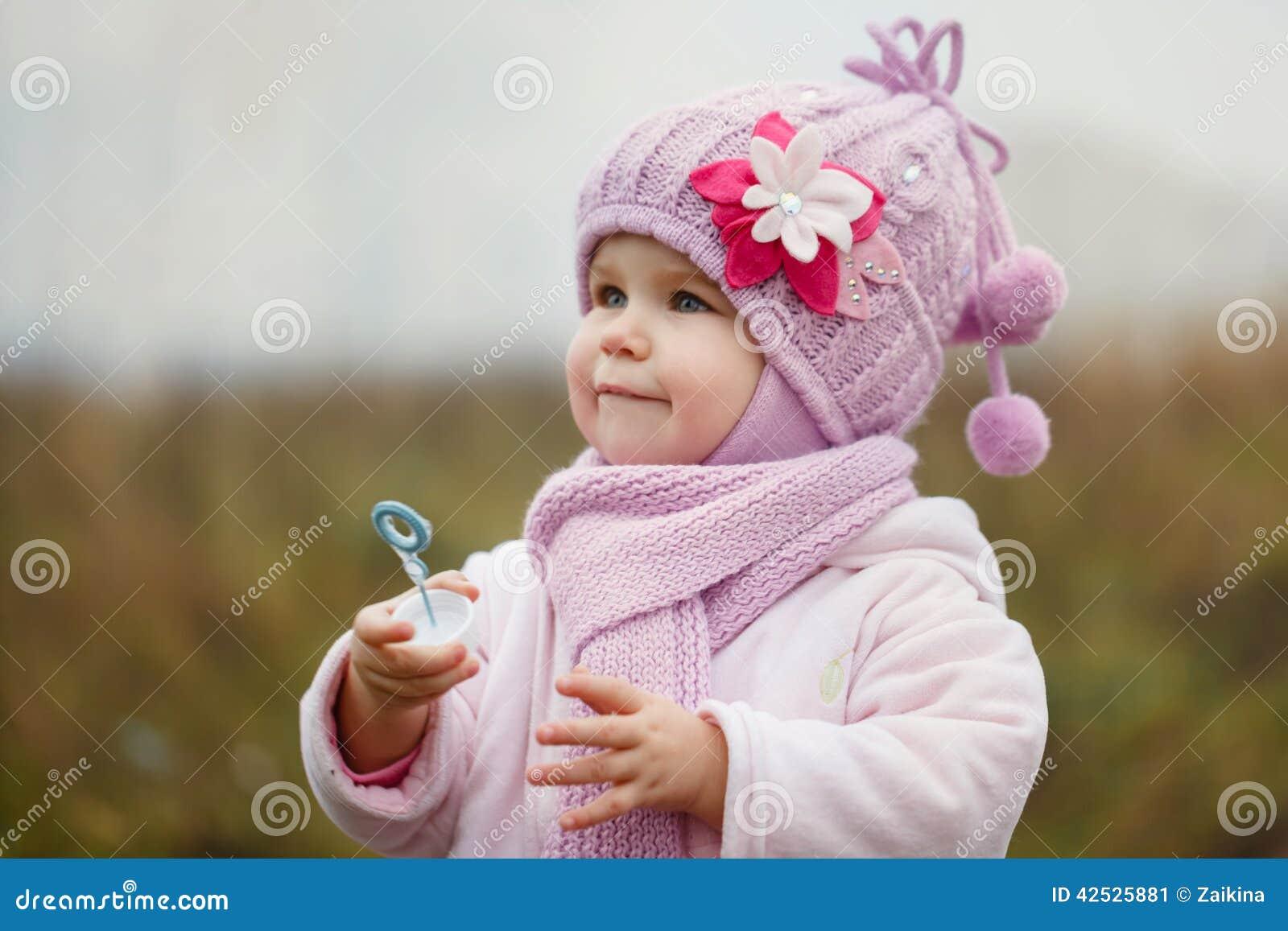 Śliczna mała dziewczynka dmucha bąble w jesieni