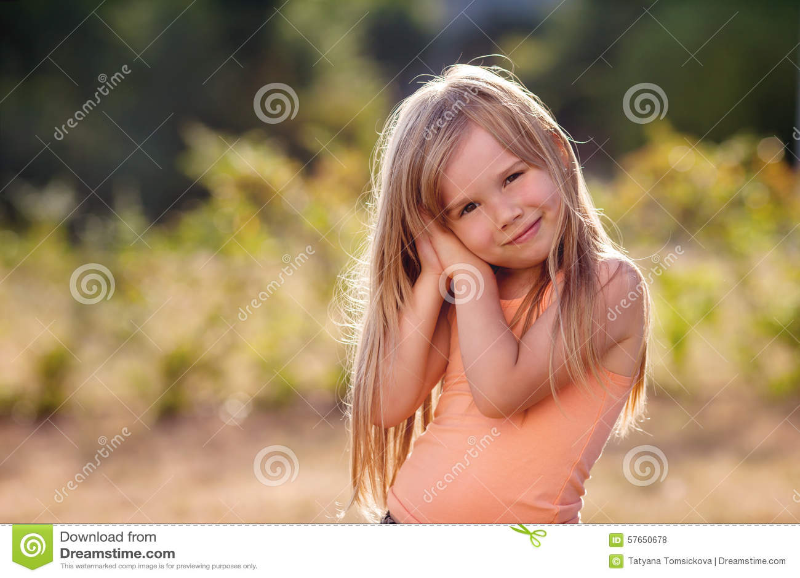 Śliczna mała dziewczynka z spódnicą, tanem i wirować wokoło, lato