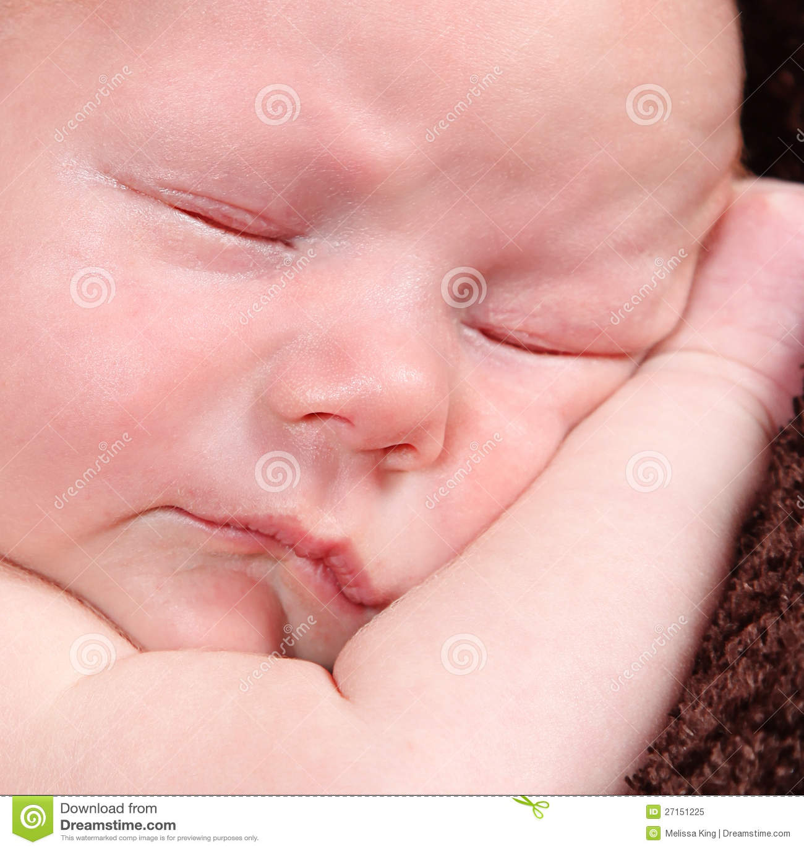 Śliczna mała Nowonarodzona chłopiec pozuje dla kamery