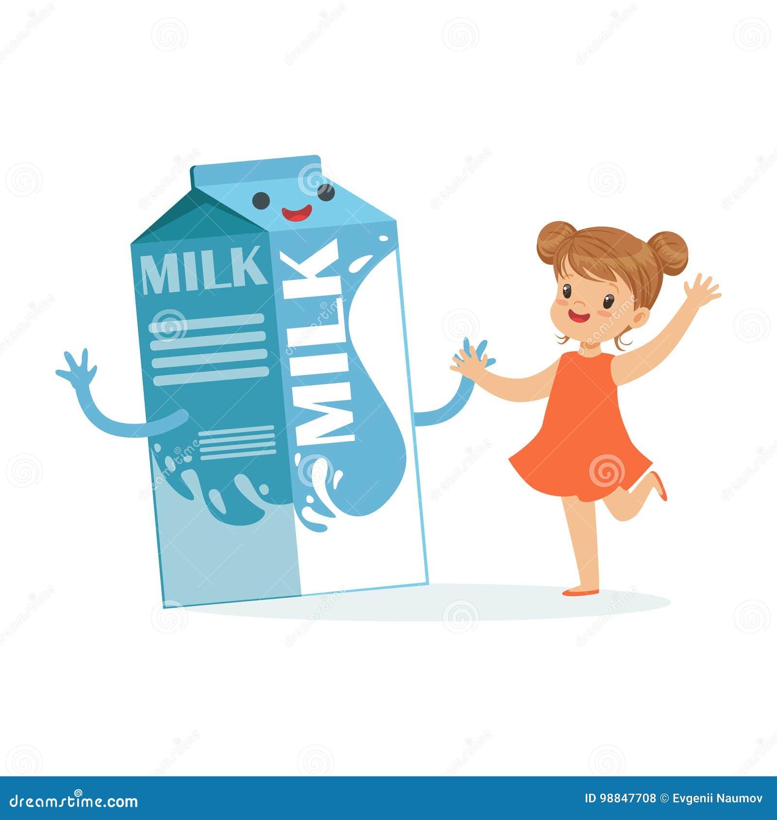 Śliczna szczęśliwa mała dziewczynka i śmieszny dojny karton boksujemy z uśmiechniętą twarzą ludzką bawić się zabawę i ma, zdrowi