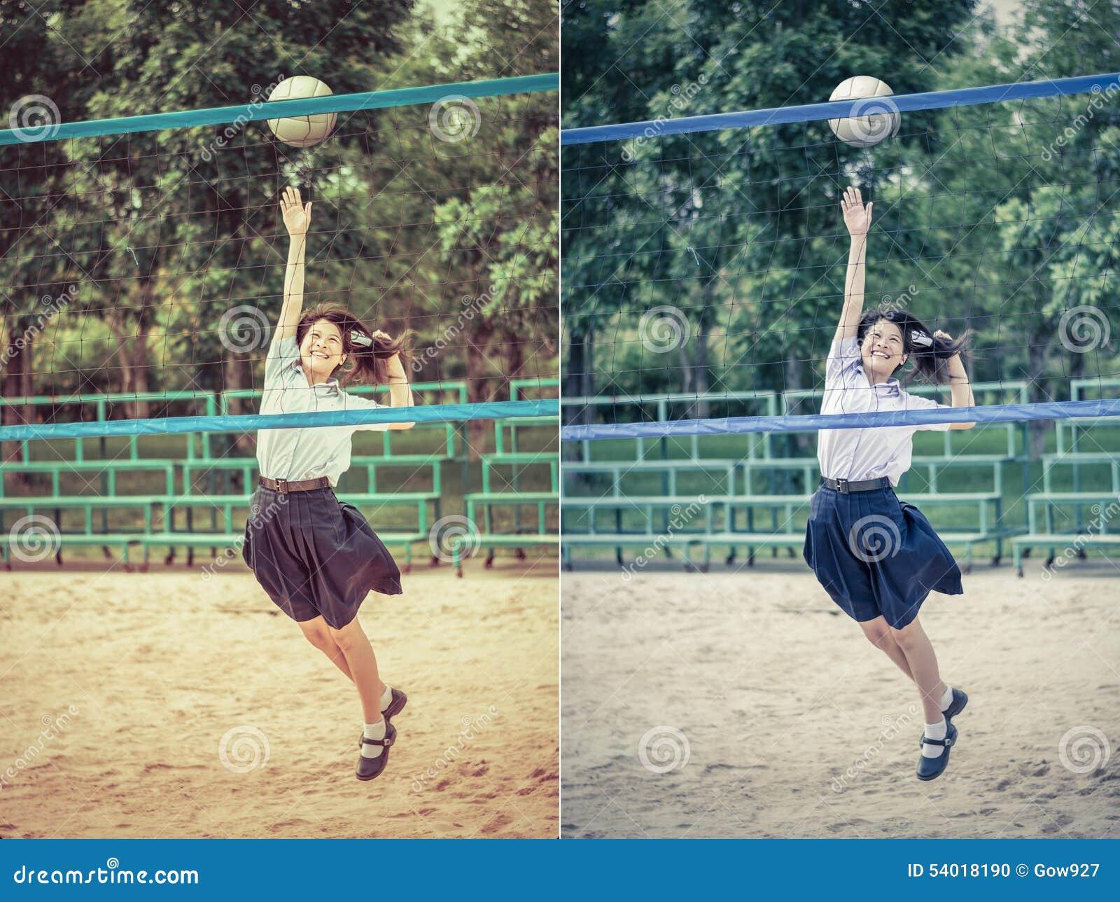 Śliczna Tajlandzka uczennica bawić się plażową siatkówkę w szkolnym unifo